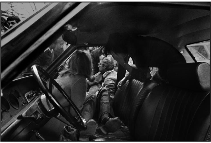 1980-Piersanti-Mattarella-viene-estratto-dallauto-morente-dal-fratello-futuro-presidente-della-Repubblica-©-Letizia-Battaglia-741x500.jpg