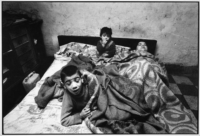 alermo-1978.-La-donna-ed-i-suoi-bambini-stanno-sempre-a-letto.-In-casa-non-ci-sono-n-luce-n-acqua..jpg